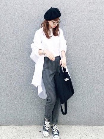 白のロングシャツをさらりと羽織って抜け感をプラス。シンプルなアイテムだからこそ、メガネや帽子などの小物が引き立ちます。