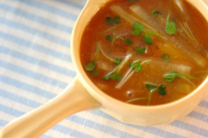 体がほっこり温まる長芋のみそ汁。ホクホク食感の長芋が胃にもやさしく、食欲のない日や体調のすぐれない日でも安心していただけます。