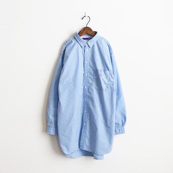 ブルーシャツはややオーバーサイズのものをチョイスするのがおすすめです。大きめのシャツをゆるっと着こなすことで、お洒落でこなれ感のある着こなしが楽しめるはず♪