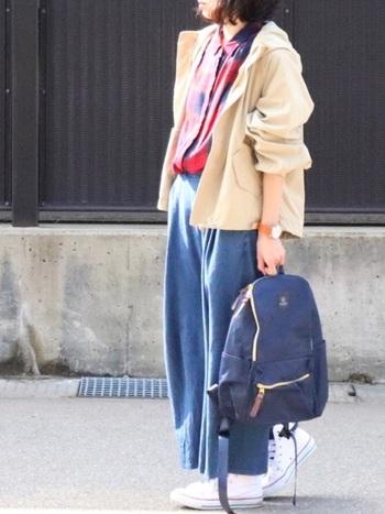 軽やかなベージュのジャケットにチェックのシャツをイン。台襟(シャツ襟の土台となる帯状のパーツ)がないので、リラックス感あり◎リュックやスニーカーなど、カジュアルアイテムともぴったり。