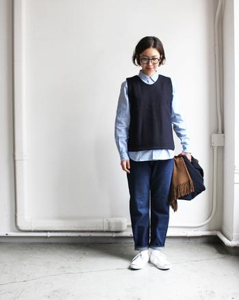 ベストを合わせたマニッシュなスタイルもおすすめ♪あえて裾を出して抜け感を演出することで、上級者の着こなしになっています。