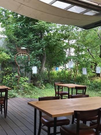 庭に面してテラス席あり。