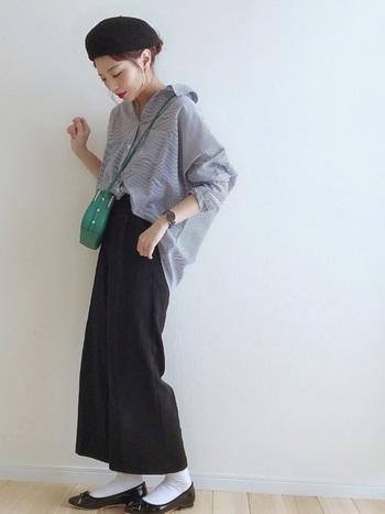 衿を後ろに抜いて着ることで、力の抜けたリラックスコーデに。パンプスやポシェットなど、女性らしいアイテムとの相性も良くなります。オーバーサイズのものをラフに着こなすのが◎