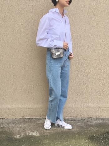 シャツ、デニム、スニーカーというシンプルスタイルなのに女性らしい…そんな着こなしの秘密は清潔感。シャツはひと手間かけて、パリッとアイロンをかけてみましょう。ポシェットは小さいものが品が良くおすすめです。