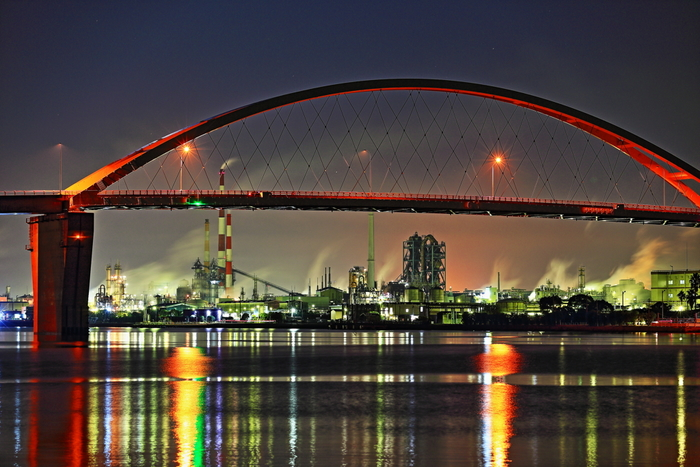 福川漁港は、周南工業地帯の中でも、工場夜景がきれいに見える場所として人気があります。ここからは、平成17年に開通した周南大橋と、橋の美しさを引き立てるような光り輝くコンビナート群を臨むことができます。
