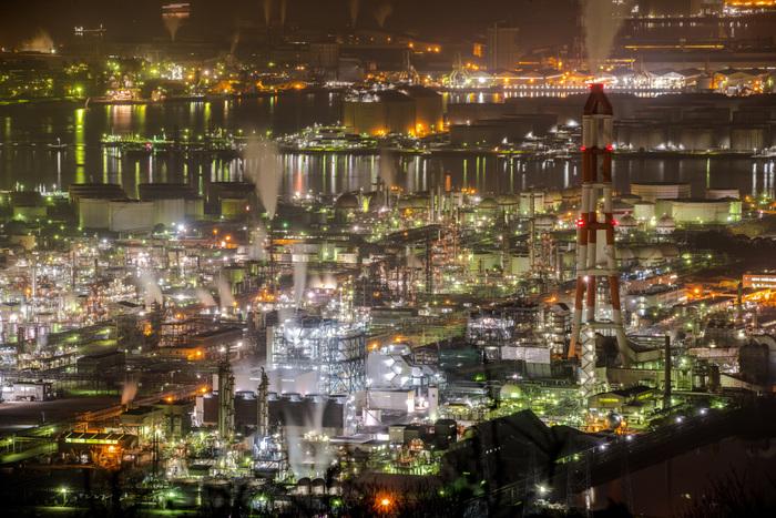 水島コンビナートは臨海部からだけでなく、高台からも見渡すことができます。要塞のような外観をした巨大プラント、七色にきらめく灯り、立ち込める蒸気が織りなす景色は、まるで私たちが想い描く近未来の宇宙ステーションのようです。