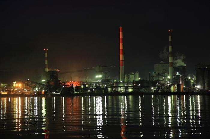 番の州臨海工業団地では、工業団地の中心部に瀬戸大橋が架かっているという好立地となっています。瀬戸大橋からは、まさにSF世界のような番の州臨海工業団地の夜景を臨むことができます。