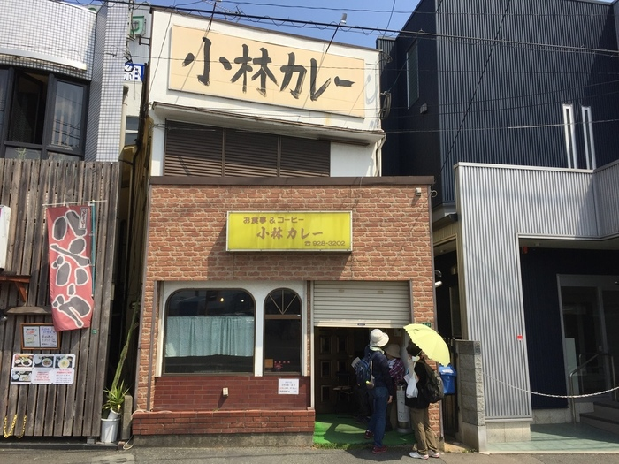 「小林カレー」は福岡県筑紫野市にある老舗カレー屋さんです。カレーの種類はチキンカレー、キーマカレー、シュリンプカレー、ブラックカレーなど、辛さも5段階から選ぶことができます。