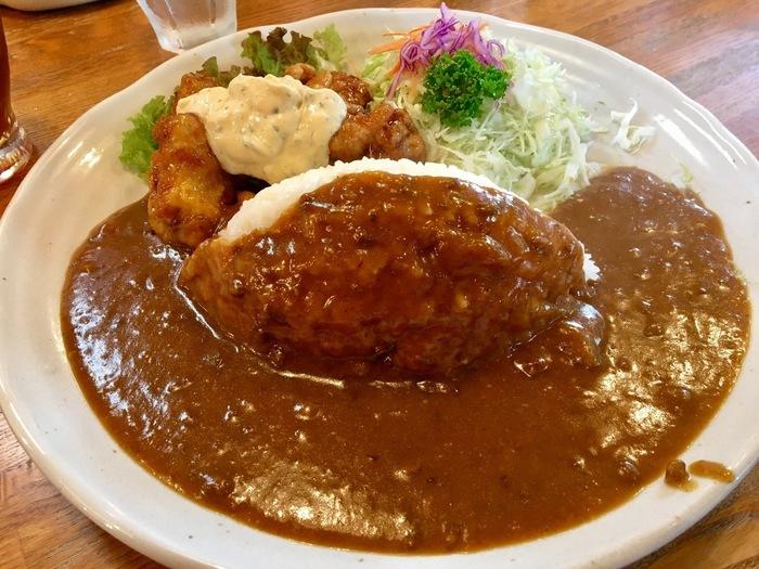 一押しのカレーは、宮崎の郷土料理チキン南蛮を使った「チキン南蛮カレー」。プレートの上のチキン南蛮とサラダは、別々に食べてもいいですが、全て混ぜて一緒に食べても◎。タルタルソースとカレールーは意外と合うんですよ。