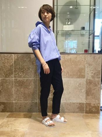 すっかり定着した抜き襟スタイルもブルーシャツだとクールな印象に。ラフな着こなしなのにキチンと感も感じられる着こなしです。