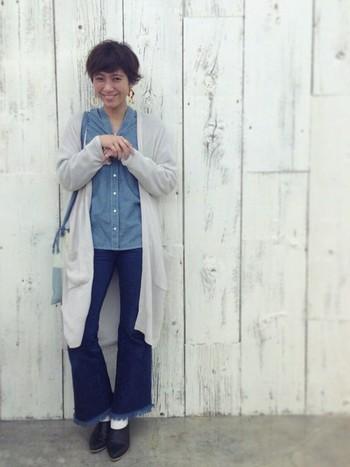 シャンブレーシャツとカットオフデニムのワントーンコーデは、風に舞うような薄手のロングカーデを重ねて女性らしさをプラス。ベージュを合わせると柔らかな雰囲気になりますよ♪