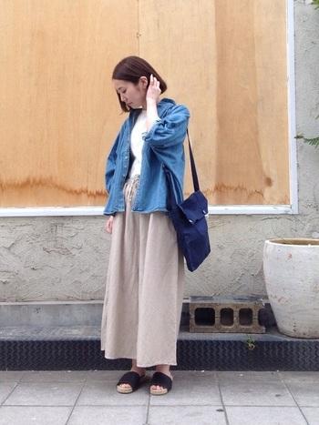 ナチュラルカラーの着こなしに差し色としてブルーシャツをプラスするのもおすすめ。シンプルなコーディネートがワンランクアップします。