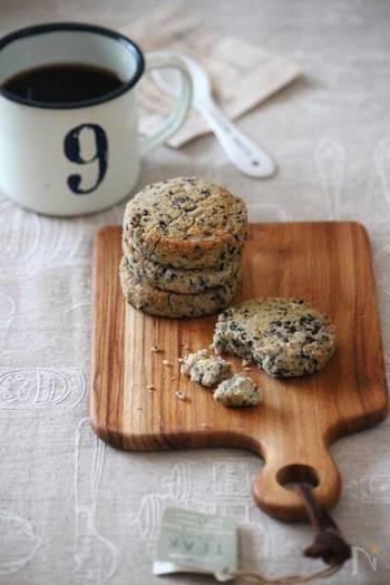 卵黄一個で作れるサブレのレシピです。黒胡麻は、すりごまといりごまのダブルでたっぷりと使用。胡麻の香ばしい風味と、サクサク食感で止まらなくなりそう。