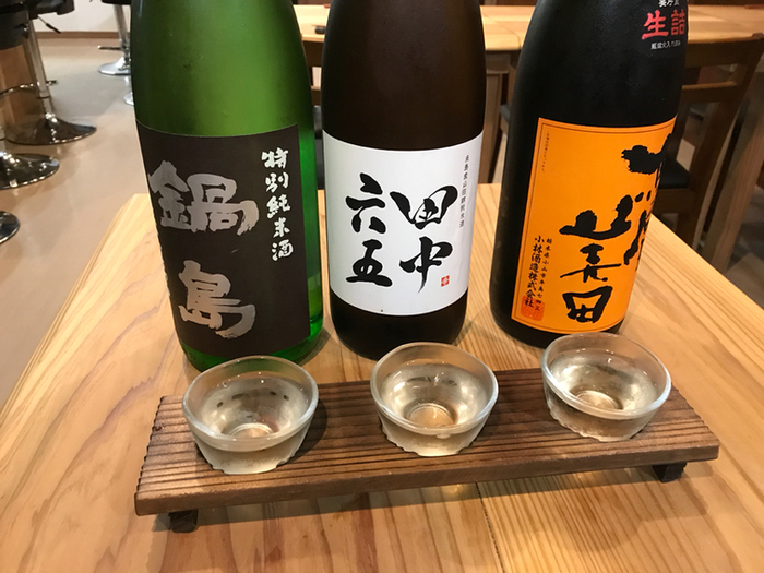 日本酒好きな人にはたまらない、地酒の飲み比べも。120分飲み放題で1680円(税込)と何ともリーズナブルな価格は下町ならでは。もちろんソフトドリンクなどもありますので、お酒の苦手な方も楽しめます。