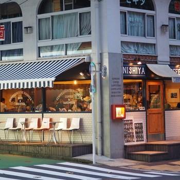 渋谷駅から徒歩約8分、角地に見える青い看板に白文字がかっこいいお店。ジャパンバリスタチャンピオンシップで準優勝した西谷恭兵さんがオーナーのコーヒーハウスです。