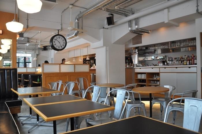 外観だけでなく、内装もニューヨークダイナーのようです。 むき出しの配管や、コンクリートの床、ビンテージの椅子がマッチしていますね。