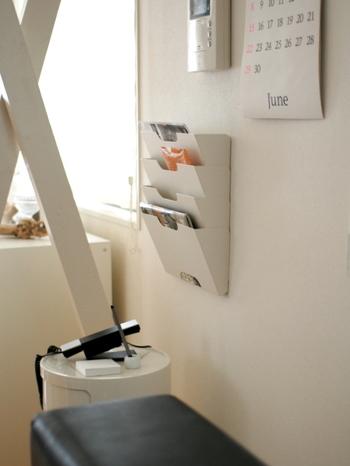 壁面収納であるウォールラック。実はこれも紙類の収納に一役買ってくれるんです。まずは紙類や開封後の郵便物、そして書類などをここに入れて置くように、一時置き場を作ります。