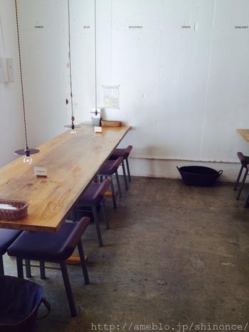 シンプルな店内には、3m近くもある天然オークの大きなテーブルが3台置かれています。ナチュラルモダンな店内は、ランプや椅子など細かいところにセンスの良さを感じます。