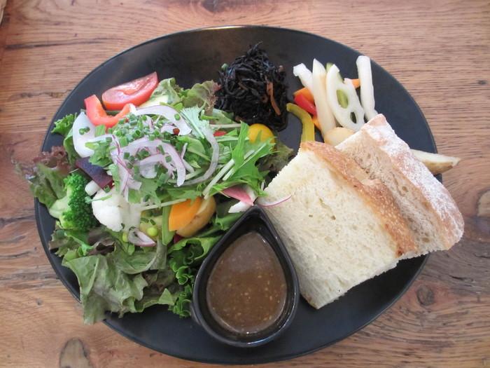 ランチで人気の「旬野菜のサラダプレート」。こちらの野菜は、路地野菜にこだわる「築地御厨(つきじみくりや)」で仕入れたもので、野菜本来の味わいをたっぷりと感じられます。これ目当てにわざわざ訪れるファンもいるんだとか。