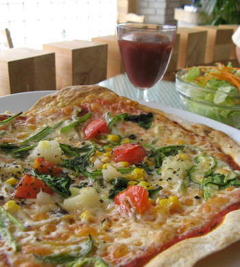 北海道産の全粒粉を生地に使っているピザも、お野菜たっぷり。有機野菜を彩りよくトッピングしていて、クリスピータイプの生地のパリッとした食感が楽しめます。お好みで、チーズを豆乳とおからで作ったクリームに替えることもできるので、試してみては?