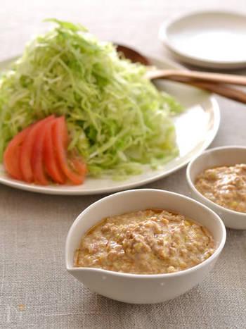 大きめにちぎることが多いレタスを千切りにして、ピリッと辛めのタレで頂くサラダです。 にんにくや生姜が利いた坦々ダレは、豆乳を使ってまろやかに仕上げています。