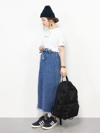 三つ編みをくるくるっとまとめて。細くのこしたサイドの毛束が、カジュアルなニット帽に女性らしいニュアンスを残してくれるヘアアレンジです♪