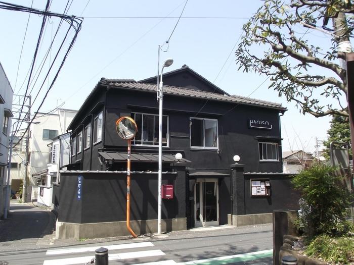 築60年の木造アパートを改修した「HAGISO(萩荘)」は小さな文化複合施設です。 1階にはカフェ「HAGI CAFE」やギャラリー「HAGI ART」、レンタルスペース「HAGI ROOM」があります。2階はホテルのレセプション&ショップ「hanare」と設計事務所「HAGI STUDIO」です。
