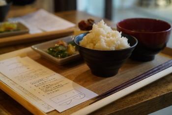 ■ カフェ「HAGI CAFE」 「旅する朝ご飯」と名付けられたモーニングは、季節ごとに日本各地の食材を使った朝ごはんが頂けます。丁寧に淹れるハンドドリップコーヒー、自家製のケーキやパフェなどのスイーツ、カリッと焼きいたサバを塩レモンドレッシングで味付けした「さばサンド」など美味しいものが揃っています。