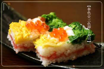 ストックしたすし酢で押し寿司を作るのもいいですね。華やかな色合いはお花見のお弁当にもピッタリ。