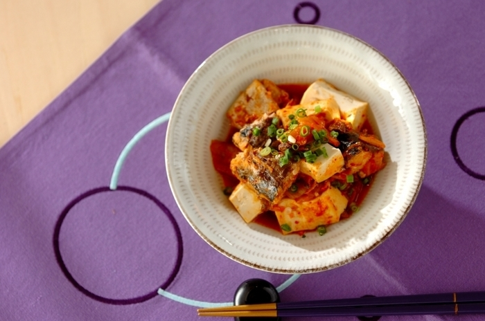 木綿豆腐にサバ缶、そしてキムチを炒めて作るキムチ煮。ピリリした辛さにお酒が進むこと間違いなし!パッと作れる簡単おつまみのレシピです。