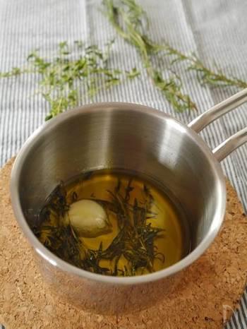 オリーブオイルにローズマリー、タイム、にんにくを入れて加熱します。粗熱をとって漉したら、自家製のハーブオイルの出来上がり。黒胡椒や鷹の爪を加えてピリ辛に仕上げても美味しいですよ。