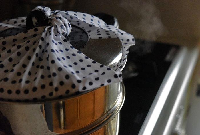 布巾やタオルは、拭きものや掃除に使えるだけではありません。薄手のさらしや、蚊帳生地のふきんは調理にも使えますよ。蒸し器のフタに、手ぬぐいなど大判で薄手の布巾を巻きつければ、水滴が料理にかかるのを防ぐことも。