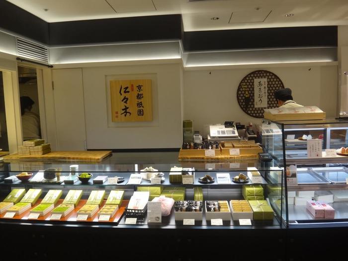 京都・祇園に本店を構える「むしやしない処 仁々木(ににぎ)」。「祇園ぷりん」や「黒糖どらやき」、色んな種類のかりんとうで人気の和菓子屋さんですが、今回おすすめしたいのは、みなさん大好きなぷるぷる・もちもち食感を堪能できる逸品。