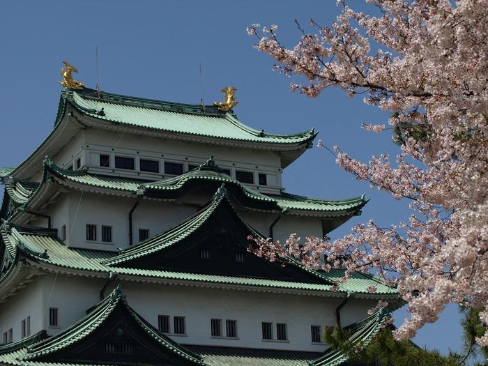 東京都と大阪府のちょうど真ん中あたりに位置する愛知県の「名古屋」。観光地のイメージがない人もいるかもしれませんが、名古屋には魅力がいっぱいの観光スポットやおいしいごはんがたくさんあります。その中でもおすすめのスポット&ごはんをいくつかピックアップしてご紹介します。