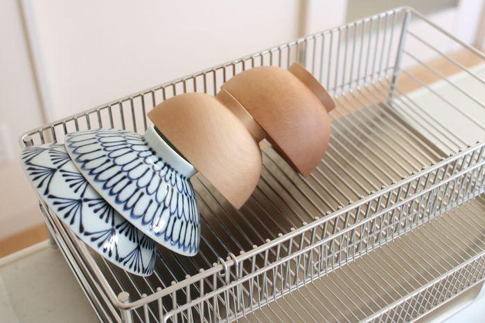 キッチンの中で大きなスペースをとっている「水切りカゴ」。洗った食器を置いておけるので便利ですが、そのうち食器棚に片付けるのが面倒で、役目を通り越してそのまま水切りカゴから取り出しているなんてことはありませんか?