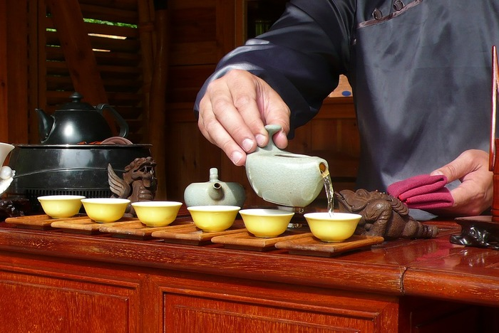 ①蓋碗にお湯を注ぎ、温めます。 ②温めた蓋碗に茶葉(湯量の1/4程度)を入れます。 ③お湯を注ぎ、蓋碗に蓋をして3分程度蒸らします。 ④蓋で茶葉を向こう側へとよけながら、蓋をずらして飲みます。飲みにくければ、茶海(ピッチャー)や茶杯(小さな湯のみ)に移してもOKです。