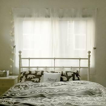 朝目覚めて太陽の光を浴びるのは、気持ちがいいだけでなく、健康のためにも欠かせません。大きな窓から差し込む自然光は、朝の時間を素晴らしいものにしてくれます。