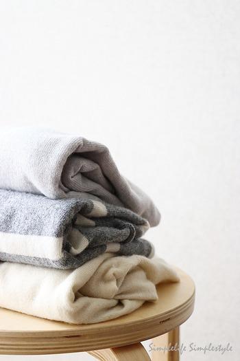 せっかく冬物を整理したのに、急に冷え込んできて慌ててまた引っ張り出した、なんてこともよくありますよね。そんな気温の変動も考慮して、衣替えは一度に全部済ませてしまわないのがおすすめです。最高気温が安定して20℃を越える頃までは、厚手の衣類も少し残しつつ、面倒でも3回くらいに分けて入れ替えていくようにしましょう。