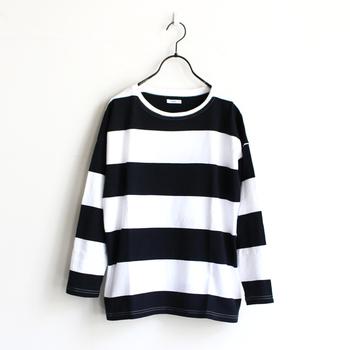 白×黒のミニマルなモノトーンボーダーTシャツ。ワードローブの定番ともいえるアイテムは、もちろんこの春も大活躍!今回は、着こなしテクニックや素敵なコーディネートをご紹介します。