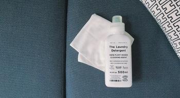 汚れやシミが気になる場合は、おしゃれ着用洗剤や台所用洗剤などの中性洗剤を使いましょう。ただし、洗剤を原液のまま直接ソファにつけるなんてことはしないように。ぬるま湯を用意して、お湯に対して3~5%の割合で洗剤を溶かします。その薄めた洗浄液を布に浸してから絞り、ソファをポンポンと軽く叩くように表面の汚れを落としていきます。この時、布はコットン100%の柔らかいものを使って。
