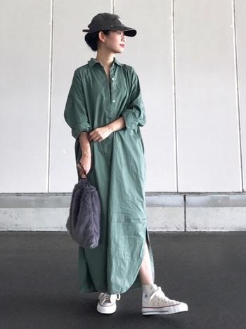 グリーンのシャツワンピースは一枚でさらっと着るだけで、おしゃれな印象に。キャップやスニーカーと合わせて、袖をロールアップするだけで、抜け感が出てこなれて見えますよ。