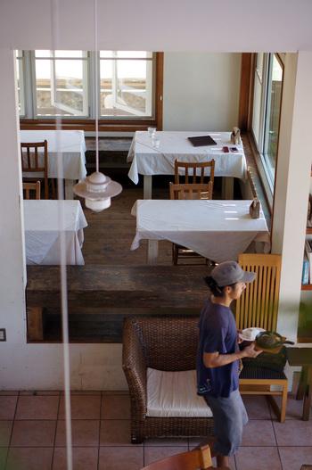 宮地嶽神社から車で約25分ほどの場所にある「LAND SHIP CAFE」は、海を眺めながら食事できるのが魅力。大きな窓から光が降り注ぐ店内は、まるでリゾートのよう。開放的な空間のなか美味しいランチが楽しめます。