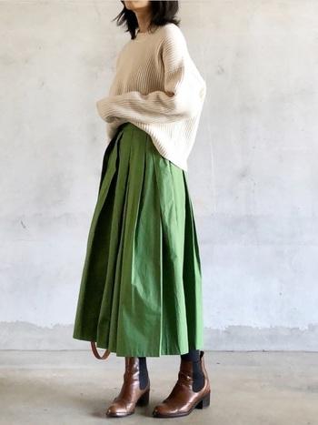 ボーイッシュになりがちなアースカラーでまとめたコーディネートも、グリーンのフレアスカートが女性らしくしてくれます。