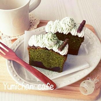 ホイップクリームとお菓子の小枝を使って簡単にグレードアップ! 切り分けた後にトッピングしましょう。