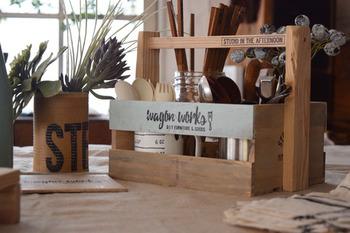 セリアの木箱にカットした端材を取り付けた簡単リメイクBOX。スプーンやフォークなどのカラトリーを入れてまとめるのに便利です。持ち運びも楽らく♪花やグリーンを飾るのもおすすめです。
