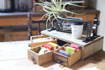 セリアの仕切りケースを引出しにした小物入れ。上にワンタッチレベルバンドを付けることで、ブックスタンドとしても使えます。茶葉などを入れてテーブルに置いておけば、お友達も自由に好きなフレーバーを選ぶことができます♪