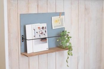 セリアの木板・合板・アイアンバーで作る、簡単なブックスタンド。雑誌はもちろん、ポストカードやグリーンを飾ると、ナチュラルな雰囲気に。