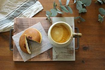 小さめのカフェトレイは一人で使うのにちょうどいいサイズ感。木材にオイル塗料を塗ったあとツートーンカラーに塗って、かすがいを取り付けたら完成!いつものコーヒーやスイーツもおしゃれなトレイに乗せるだけで、ワンランクアップしますよ♪