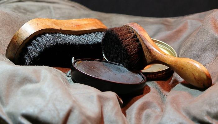 乾拭きしてホコリと汚れを取り除いたら、革製品専用の保護クリームを塗り込みましょう。クリームは布につけてから、ソファの表面に均等に塗布していきます。汚れをつきにくくして長持ちさせるためにも、半年に1度くらいは保護クリームを塗り直してください。