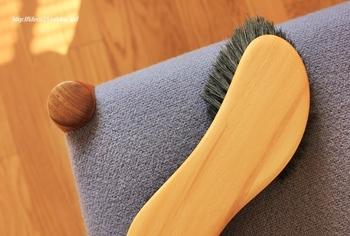 目に詰まった小さなホコリはブラッシングでかき出しましょう。ブラシは、少し固めの豚毛がおすすめ。縫い目に沿うように優しく当てて、こすりすぎないように気をつけてください。